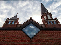 Église avec des nuages à l'arrière-plan Photos stock
