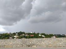 Église avec le dôme bleu, tempête dramatique, Photos stock