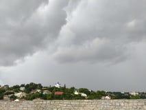 Église avec le dôme bleu, tempête dramatique, Images stock