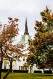 Église avec le drapeau d'arc-en-ciel Photos stock