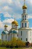Église avec les coupoles d'or dans la ville de Brest dessus Image stock