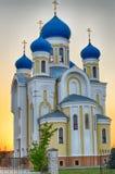 Église avec les dômes bleus et d'or chrétiens Photos libres de droits