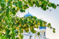 Église avec les dômes bleus et d'or chrétiens Photo stock