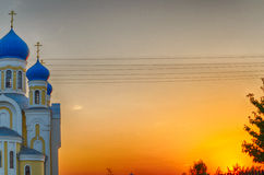 Église avec les dômes bleus et d'or chrétiens Photo libre de droits