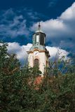 Église - avec les nuages dramatiques Images stock