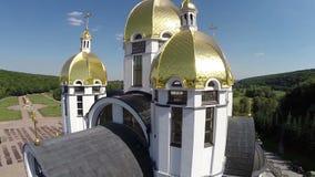 Église avec une vue de primevère farineuse banque de vidéos