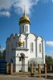 Église blanche élégante gracieuse sur le fond du ciel bleu lumineux Photos libres de droits
