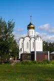 Église blanche élégante gracieuse sur le fond du paysage d'été Photographie stock