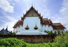 Église blanche avec le ciel bleu Images libres de droits