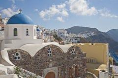 Église blanche avec le dôme bleu et le mur en pierre photo libre de droits