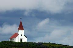 Église blanche avec le toit carrelé rouge en Islande photographie stock