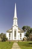 Église blanche avec Steeple grand Photographie stock libre de droits