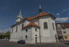 Église blanche dans la ville de Trmice en Bohême du nord images stock