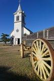 Église blanche dans une ville occidentale photos libres de droits