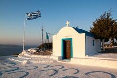 Église blanche de la Grèce avec le drapeau, île de Faliraki Rhodes photos stock