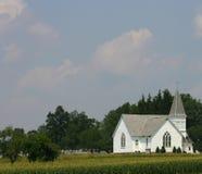 Église blanche de pays avec le clocher Image libre de droits
