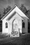 Église blanche de pays en noir et blanc image libre de droits