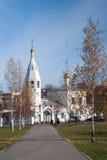 Église blanche en automne avec les feuilles jaunes Image stock