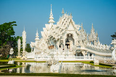 Église blanche grande et réflexion dans l'eau, Wat Rong Khun Ch Photo stock