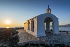Église blanche par lever de soleil en Crète Photos stock