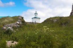 Église blanche sur le fond lumineux bleu de ciel dans MOR de Pâques Images stock