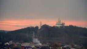 Église blanche sur un fond d'un ciel nuageux Ciel de coucher du soleil religion en Europe de l'Est Poltava, Ukraine 4K clips vidéos