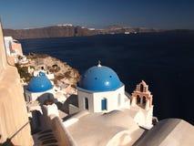 Église bleue de dôme de signature de Santorini Images libres de droits