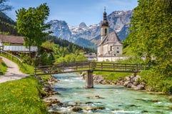 Église célèbre dans le village de montagne idyllique Ramsau, Bavière, Allemagne Image libre de droits