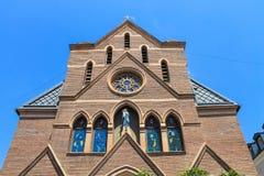 Église catholique à Tbilisi une autre vue inférieure Photographie stock libre de droits