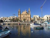 Église catholique en île de la mer Méditerranée Photo stock