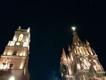 église catholique et tour principales en San Miguel de Allende, la nuit photo stock