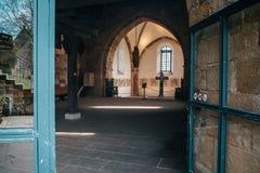 Église catholique intérieure avec les murs médiévaux et la construction conçue par voûte photographie stock libre de droits