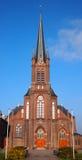 Église catholique romaine contre un ciel bleu photographie stock