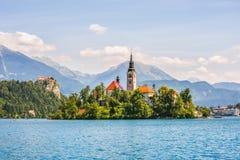 Église catholique sur l'île et château saigné sur le lac saigné Images libres de droits
