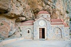 Église construite sous la roche images stock