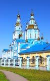 Église contre le ciel bleu Images stock