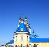 Église contre le ciel bleu Photo stock