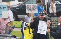 Église contre le rassemblement d'état Photo stock