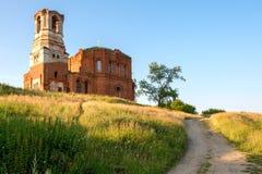 Église délabrée sur la colline Images stock
