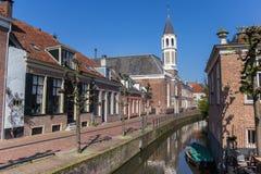Église d'Elleboogkerk à un canal à Amersfoort Photos libres de droits