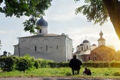 Église d'hypothèse et l'église de Paraskeva Friday à la cour commerciale dans Veliky Novgorod, Russie images libres de droits