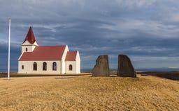 Église d'Ingjaldsholl dans le vaste espace grand ouvert sur la péninsule de Snaefellsnes en Islande Photographie stock libre de droits