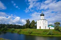 Église d'intervention sur le fleuve Nerl Image libre de droits