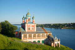 Église d'une icône de la mère de Dieu Kazan dans les faisceaux plaçant le soleil le soir de juillet Tutaev, région de Yaroslavl R Image stock