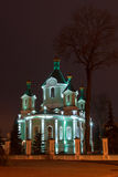 Église dans la ville de nuit Le scintillement a doré des dômes Photographie stock