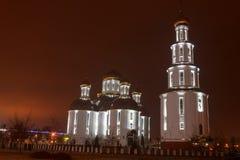 Église dans la ville de nuit Le scintillement a doré des dômes Photo stock