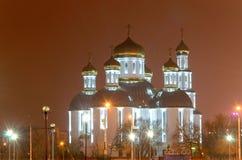 Église dans la ville de nuit Le scintillement a doré des dômes Photos libres de droits