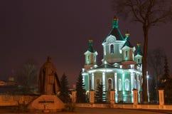 Église dans la ville de nuit Le scintillement a doré des dômes Images libres de droits