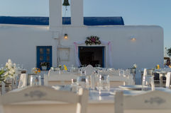 Église dans le port de Naoussa sur Paros, Grèce Images libres de droits
