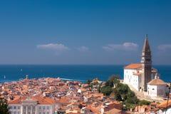 Église dans Piran sur le bord de la mer Photo stock